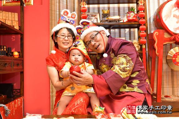 鳳山區賴寶寶古禮抓周:抓周儀式【吃蘋果】。照片22