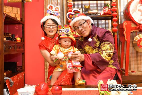 鳳山區賴寶寶古禮抓周:抓周儀式【吃壽桃】。照片20