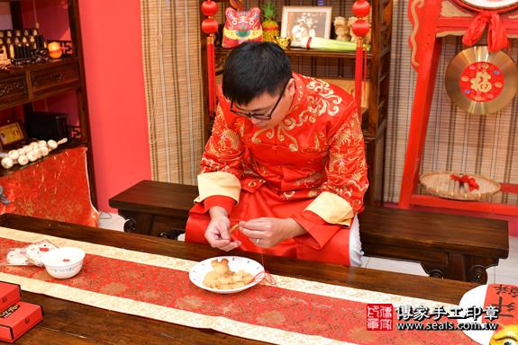 高雄市鳳山區翁寶寶古禮收涎祝福活動:為寶寶戴上收涎餅乾。照片2