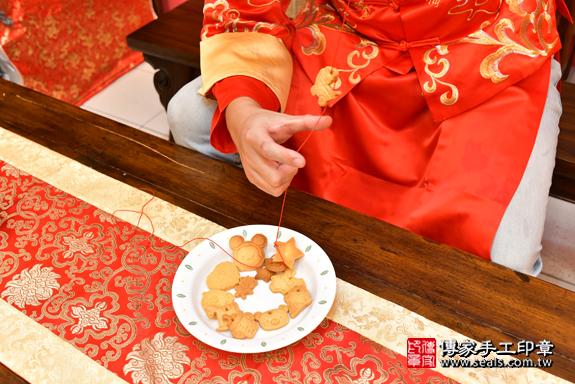 高雄市鳳山區翁寶寶古禮收涎祝福活動:為寶寶戴上收涎餅乾。照片4