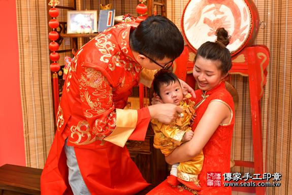 高雄市鳳山區翁寶寶古禮收涎祝福活動:為寶寶戴上收涎餅乾。照片7