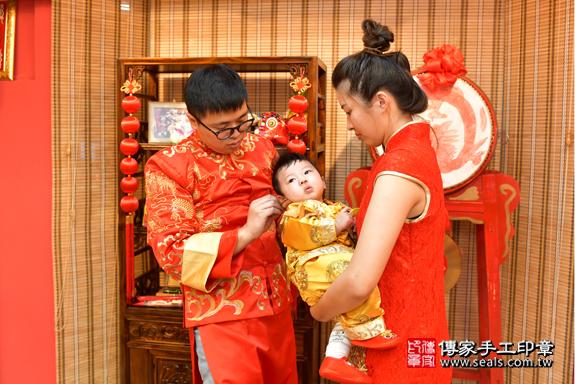 高雄市鳳山區翁寶寶古禮收涎祝福活動:為寶寶戴上收涎餅乾。照片8