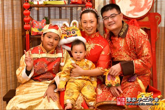 鳳山區楊寶寶古禮抓周:滿週歲趨吉避凶的吉祥衣服穿戴。照片3