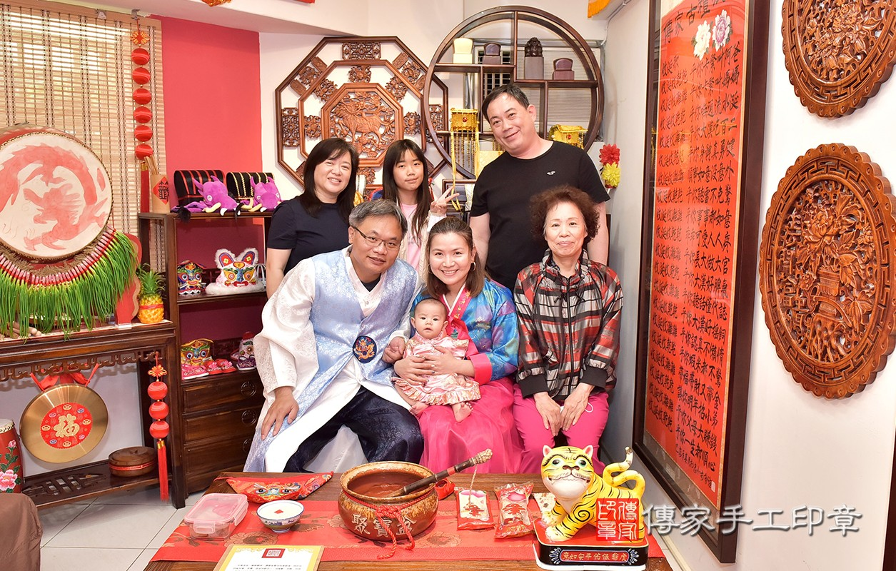 幸福的陳家人來傳家幫寶寶進行收涎儀式