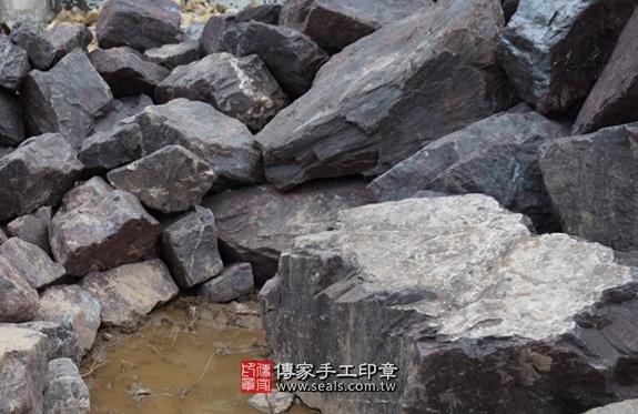 紅礦雞血玉的原礦照片