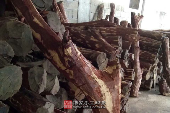 雞血紅木的原木照片1
